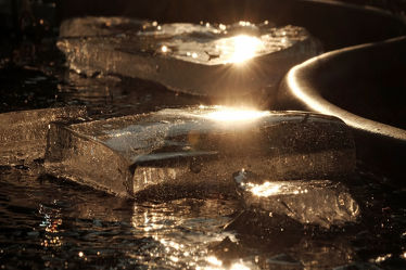 Bild mit Winter, Eis, Weiß, Rot, Sonnenuntergang, Blau, Sonne, Makro, Spiegelungen, nahaufnahme, Sonnenlicht, Abendsonne, Konturen, Skulpturen, Eisschollen, Schollen