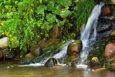 Bild mit Wasser, Pflanzen, Sonne, Steine, Licht, Bach, Wasserfall, Schatten, Steilhang
