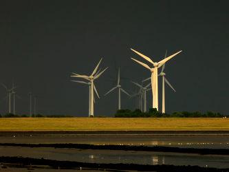 Bild mit Windmühlen, Gewitter, Regen, Emden, Ostfriesland, Abendsonne, Dollart, Ems, Knock, Front, Windpark