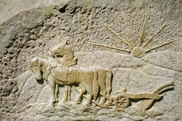 Bild mit Felsen, Stein, Sonne, Pferde, Denkmal, Sonnenstrahlen, alt, Antik, Flug, Bauer, Gedenken, Grabstätte