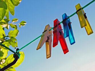 Bild mit Himmel, Weiß, Rot, Blau, Sonne, Licht, Abstraktes, wäscheklammer, wäscheleine, klammern, Wäsche, Leine, Blau. Gelb, Hausfrauen, Hausmann