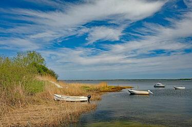 Bild mit Himmel, Wolken, Häfen, Schilf, Boote, Fischer, reet, Hiddensee, Liegeplatz, Arbeitspause