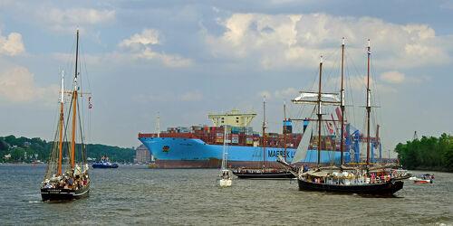 Bild mit Boote, Schifffahrt, Fluss, Elbe, Hamburg, Segler, Containerschiff, Knotenpunkt, Rechts_vor_Links, Stromabwärts