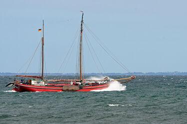 Bild mit Himmel, boot, Meer, sturm, Gischt, Segler, Skipper, Bug, Wellengang, Stampfen