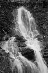 Bild mit Natur, Wasser, Steine, Wasserfall, Fotografie, schwarz weiß, nass, zeitlos, Wasserschwall, fließend