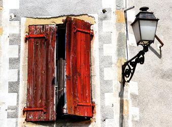 Bild mit Rot,Fenster,romantik,romantik,Retro,Nostalgie,Laterne,romantisch,alt,dorf,hauswand,nostalgisch,fensterladen,marode