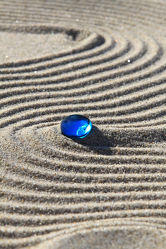 Bild mit Stein, Sand, Blau, Meditation, Ruhe, Entspannung, Stillleben, Spa, Linien, Linie, Glasstein