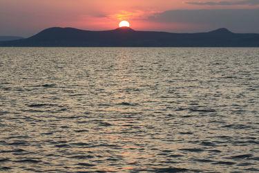 Bild mit Berge und Hügel,Berge,Gewässer,Seen,Sonnenuntergang,Sonnenaufgang,Sonne,Sonne,Bergsee,See,berg