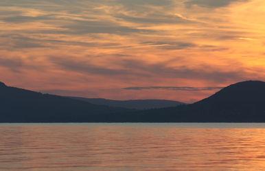 Bild mit Berge und Hügel,Berge,Gewässer,Seen,Sonnenuntergang,Sonnenaufgang,Sonne,Bergsee,See,berg