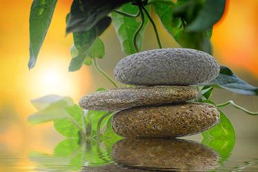 Bild mit Stein, Steine, gestapelte Steine, Meditation, Ruhe, Entspannung, Spirit, Wellness, Spa, Stille, Yoga, Relaxen, hippie, spiritualität