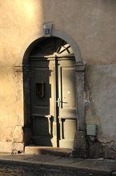 Alte Tür Nr. 2 vom Licht gestreift