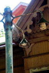 Spinnengewebe an alter Lampe im Gegenlicht