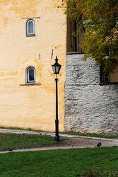 StraÃ?enlampe vor gelber Mauer
