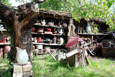 Sammlerhof mit Krügen