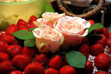 Rosenblüten in Erdbeertorte