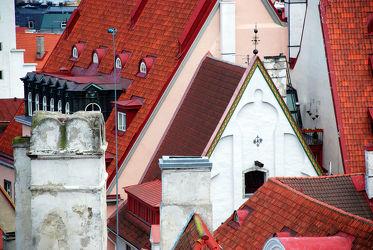 Dachlandschaft mit Schornstein und Kirchengibel in Tallinn