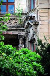 Görlitz - Zugewachsener Balkon mit Steinfigur
