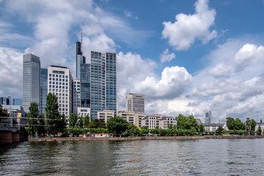 Bild mit Wasser, Himmel, Wolken, Blau, Brücke, City, Fluss, Hochhäuser, main, frankfurt, Ufer, Strömung, Innenstadt, Weitwinkel, Bankenviertel