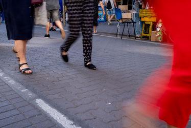 Bild mit Füße, Beine, Rot, Schuhe, Licht, Straße, leute, Bewegung, Schatten, Passanten, Personen, Chile, unscharf, Kleidung, bewegungsunschärfe, Concepción, Spaziergänger, Einkaufspassage, Pflaster, shoppen