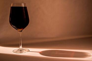 Bild mit Lebensmittel, Rot, Glas, Getränke, Licht, Spiegelungen, Wein, Schatten, weinglas, Reflexionen