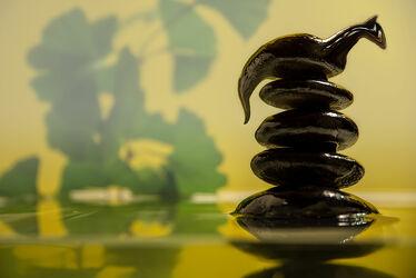 Bild mit Wasser, Pflanzen, Steine, Ruhe, Entspannung, Stille, ginkgo, Besinnung, Kontemplation, Installation