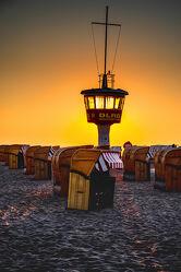 Bild mit Sonnenaufgang, Sonne, Strand, Strandkörbe, Ostsee, Gegenlicht, Licht, turm, Wasserwacht, Beobachtungsturm