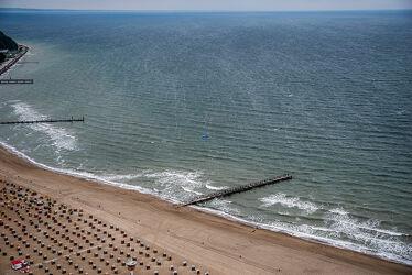 Bild mit Wasser, Wetter, Wellen, Sand, Strandkörbe, Ostsee, Meer, Perspektive, Wind, Trüb
