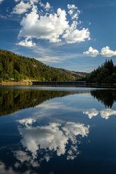 Bild mit Gewässer, Seen, Wald, Wolkenhimmel, Blauer Himmel, Landschaften & Natur, Raum Reflektionen, stausee
