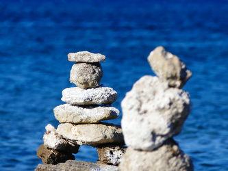 Bild mit Strand, Meer, Steine, gestapelte Steine, Griechenland