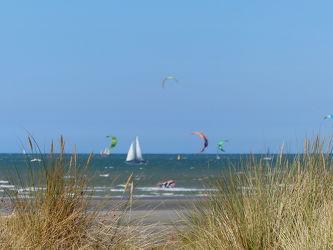 Bild mit Kitesurfen, Strand, Meer, Düne, Dünengras, Nordseeküste