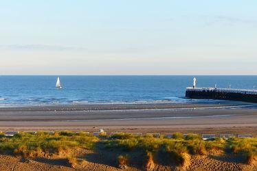 Bild mit Strand, Meer, Dünengras, Nordsee, Nordseeküste, Morgenstimmung, Leuchtturm, Ebbe, Morgenlicht, Mole, Belgien