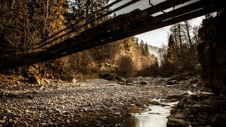 Bild mit Bäume, Bach, Waldbach, Landschaften im Herbst, Herbstsonne, Goldener Herbst, Herbstwald
