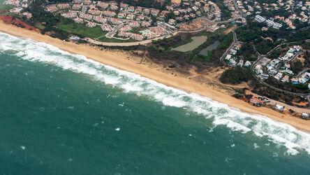 Bild mit Küsten und Ufer, Brandung, Wellen, Siedlungen, Weitblick, Atlantik, Portugal, faro, Wellen Ozean, Luftaufnahme