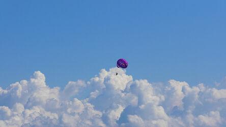 Bild mit Menschen, Sport, Wolkenhimmel, Wolkengebilde, Blauer Himmel, fallschirm, Parasailing