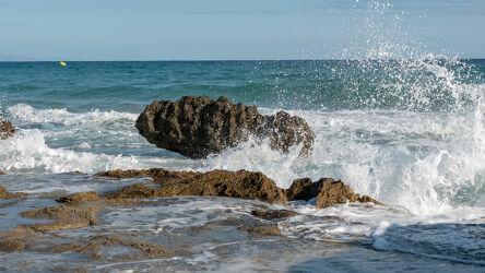 Bild mit Natur, Wasser, Felsen, Horizont, Brandung, Tageslicht, Felsenküste