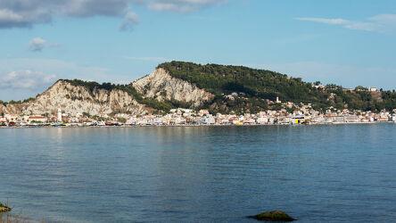 Bild mit Natur, Himmel, Hügel, Meer, Hafenstadt, Stadt, Weitblick, Bucht, Reflexionen