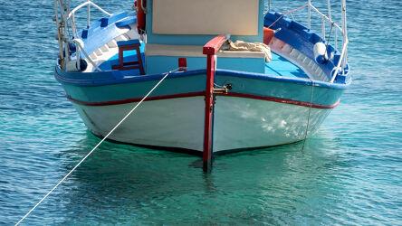 Bild mit Wasser, Sonnenschein, türkises Wasser, Am Meer, Seile, Holzboot, Bootshafen, Ionisches Meer