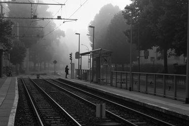 Bild mit Nebel, Stadt, Görlitz, schwarz weiß, Stadtleben, Schienen, Bahnhaltestelle