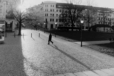 Bild mit Görlitz, schwarz weiß, Stadtleben, Einsam, Platz, Theaterplatz, Pflastersteine, Schattenspiel