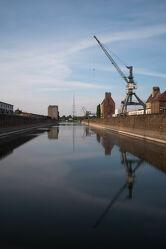 Bild mit Kräne, Elbe, Wasserspiegelung, Reflektionen im Wasser, Alte Industrie, industriekultur, magdeburg