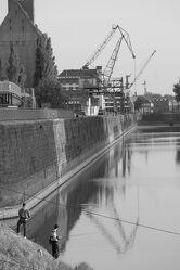 Bild mit Kräne, Elbe, Wasserspiegelung, Schwarzweiß, Alte Industrie, industriekultur, magdeburg, wissenschaftshafen