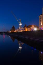 Bild mit Kräne, Blaue Stunde, Elbe, Wasserspiegelung, Nachtaufnahme, Alte Industrie, industriekultur, magdeburg