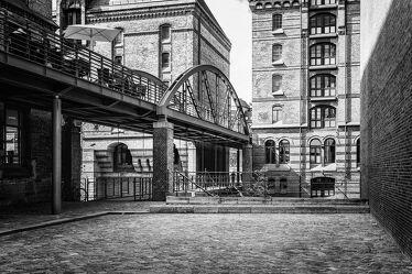 Bild mit Architektur, Gebäude, Stadt, Brücke, Brücke, City, Hamburg, Streetfotografie, Schwarzweiß, Speicherstadt