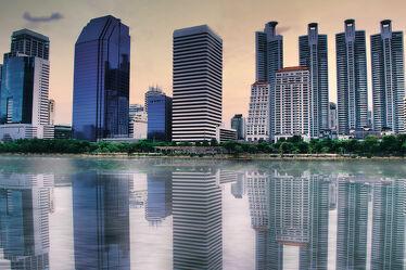 Bild mit Horizont, südostasien, skyscraper, reflection, Reflektionen im Wasser, Thailand, Bangkok