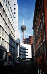 Bild mit Häuser, Blauer Himmel, Rhein, Düsseldorf, Rheinturm, Medienhafen, Häuserschlucht, NRW
