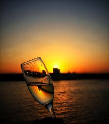 Bild mit Sonnenuntergang, boot, Sektglas