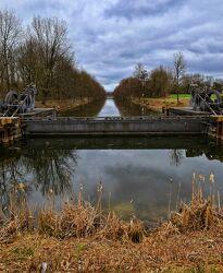 Bild mit Wasser, Gewässer, Ufer, Flußufer, Kanal, stauwehr, altarm