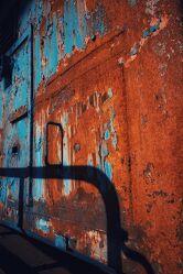 Bild mit Blau, Metall, Rotbraun, Braun, Rost, alt, Schatten, Licht Schatten, Schattenwurf, industriekultur
