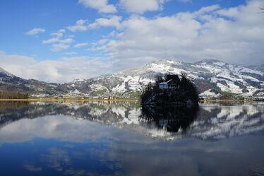 Bild mit Natur, Berge, Schnee, Wolken am Himmel, Insel, Seeblick, See, Spiegelung, Landschaftspanorama, winterlandschaft