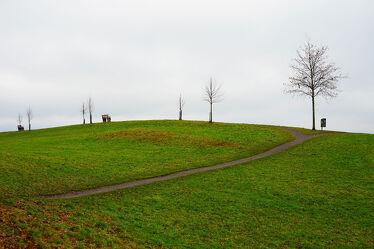 Bild mit Grün, Himmel, Bäume, Landschaft, Gras, Wiese, Sitzbank, Leer, pfad, nostalgisch
